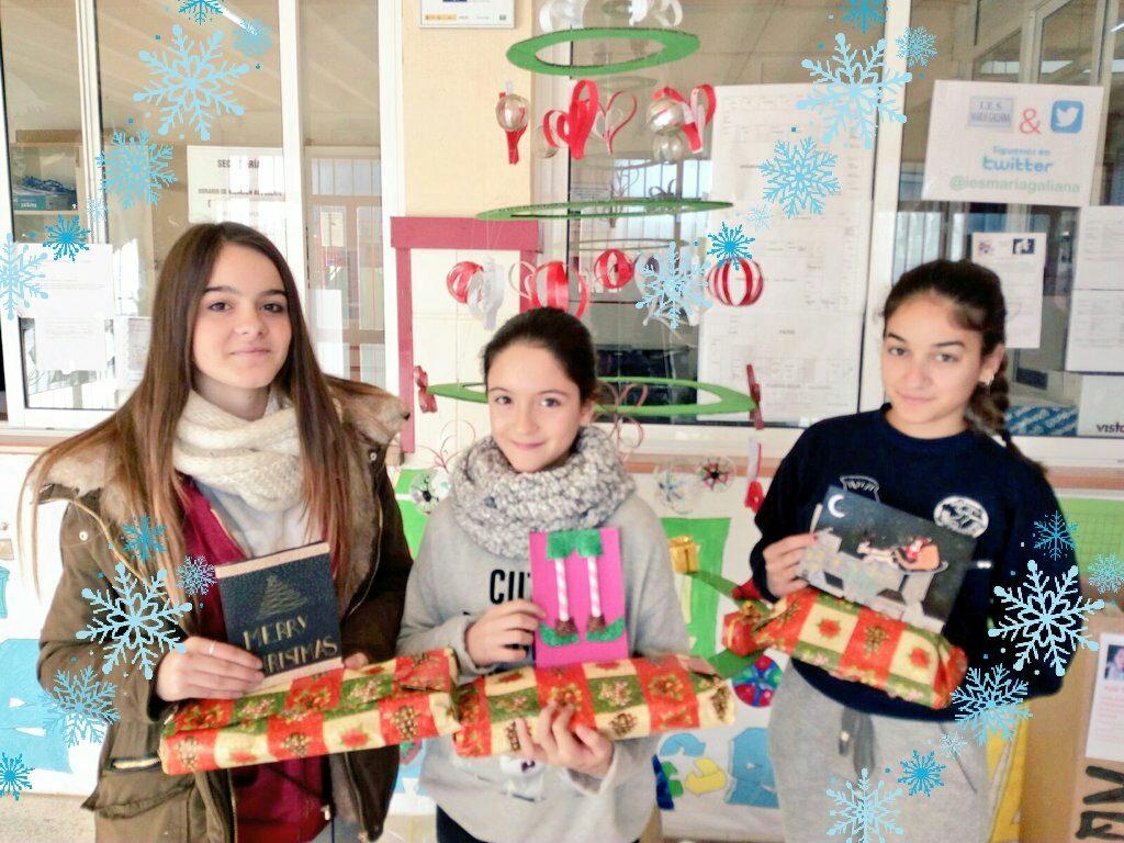 Alumnas recibiendo el premio